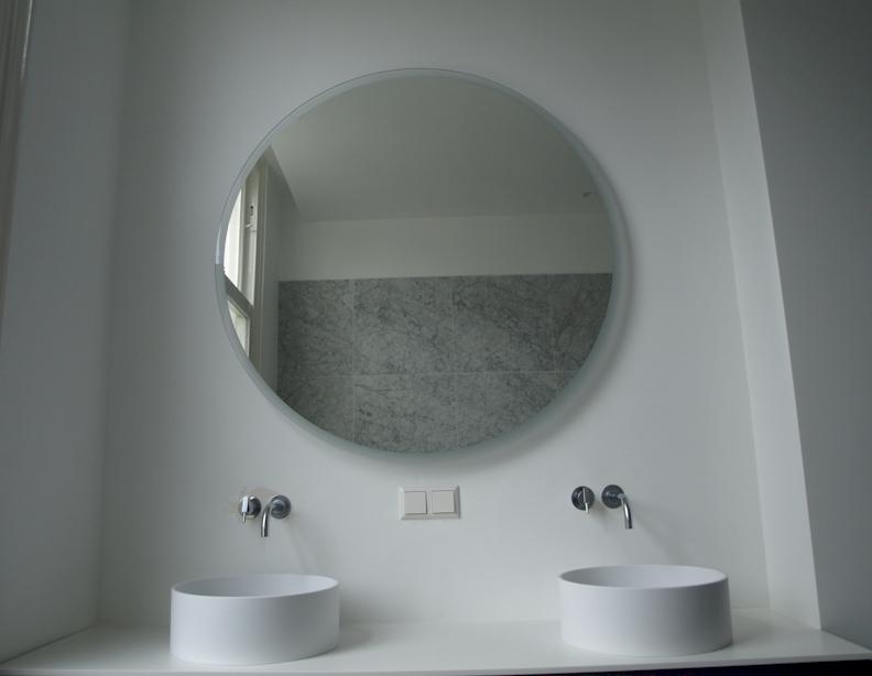Grote Ronde Spiegel : Grote ronde spiegel met zwart leren rand lot nummer