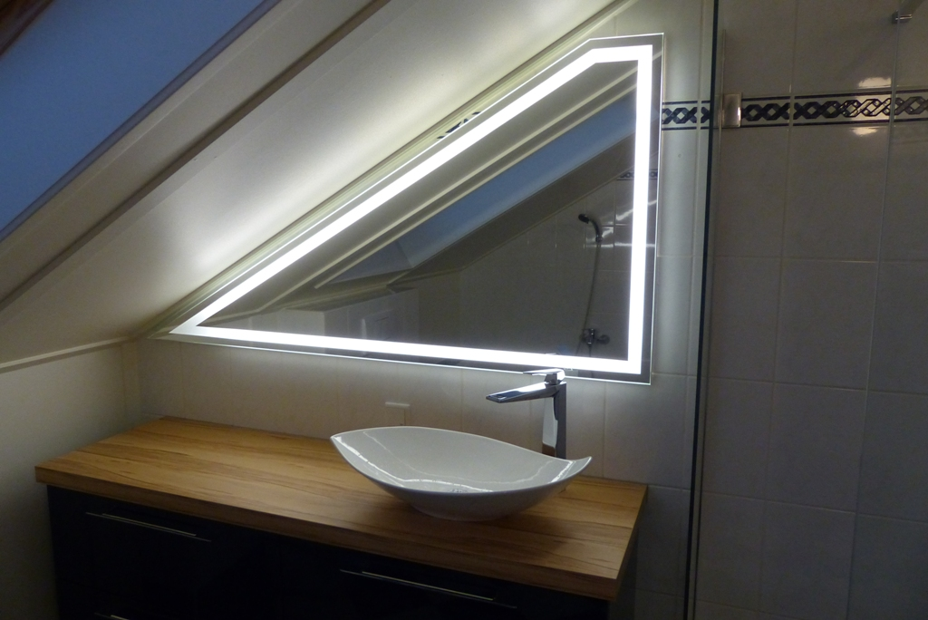 Spiegel met schuine zijde spiegels op maat for Spiegel badkamer verlichting