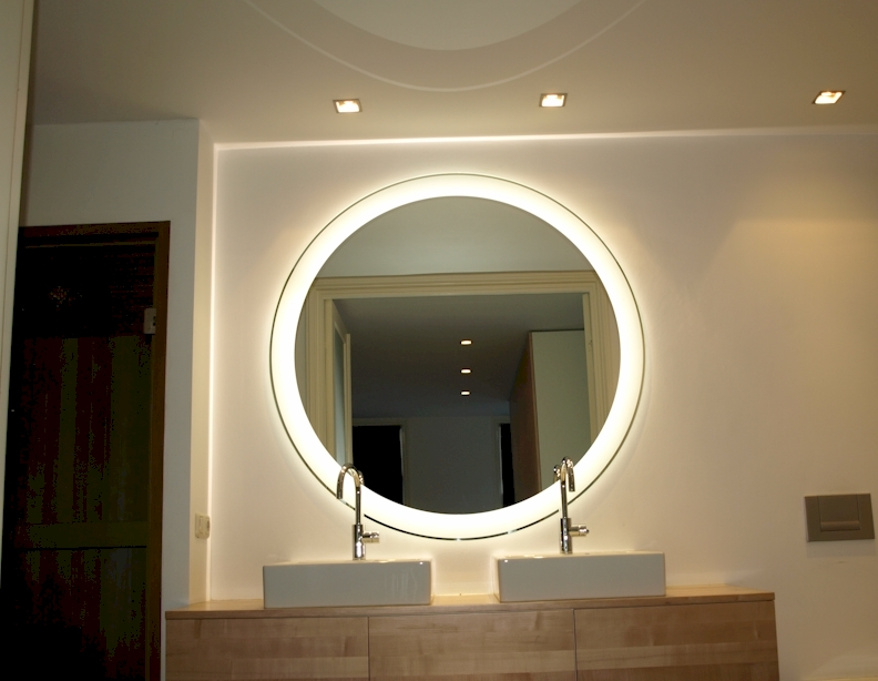 Spiegel groot fabulous spiegel groot houten lijst with for Ronde plakspiegel